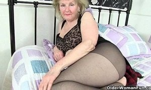 British granny Clare Cream lowers her tights and plays xVideos