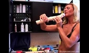 Sexy mature blonde in a tool belt xVideos