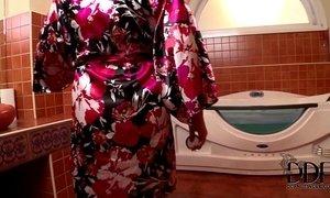 Sandra Boobies Sucks Cock In The Tub & Gets Cum On Her Jugs xVideos